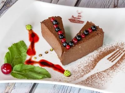 Шоколадний тарт з ягідним соусом
