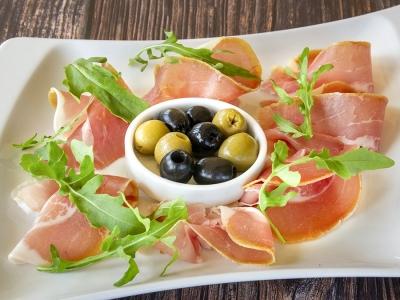 Прошутто з оливками та руколою