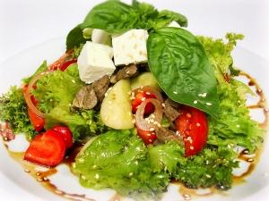 Салат з телятиною, сиром Фета, овочами