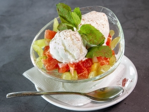 Морозиво ванільне з фруктами