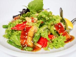 Салат з копченим вугрем та овочами