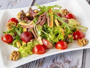 Салат з язиком, сиром, виноградом
